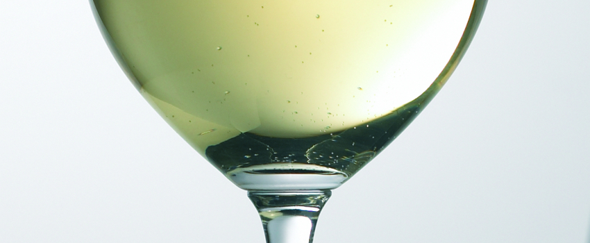 Producing white wines with high concentrations of diacetyl